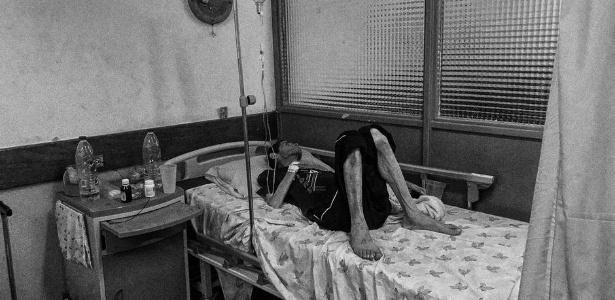 O corpo magro, o rosto cadavérico, a pele manchada: situação faz lembrar um paciente de HIV dos anos 80