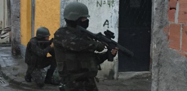 Militares das Forças Armadas durante operação na Vila Vintém - Luis Kawaguti / UOL