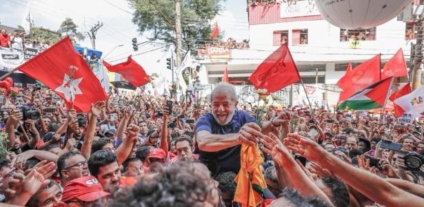 7.abr.2018 - Lula é carregado por militantes após discurso no Sindicato dos Metalúrgicos do ABC