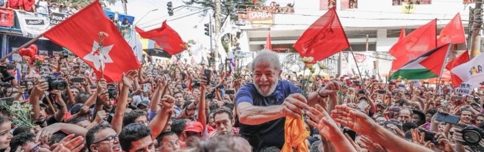 7.abr.2018 - Lula é recebido por milhares de pessoas próximo à sede do Sindicato do Metalúrgicos, em São Bernardo do Campos, após discurso no qual disse que irá se entregar à Polícia Federal