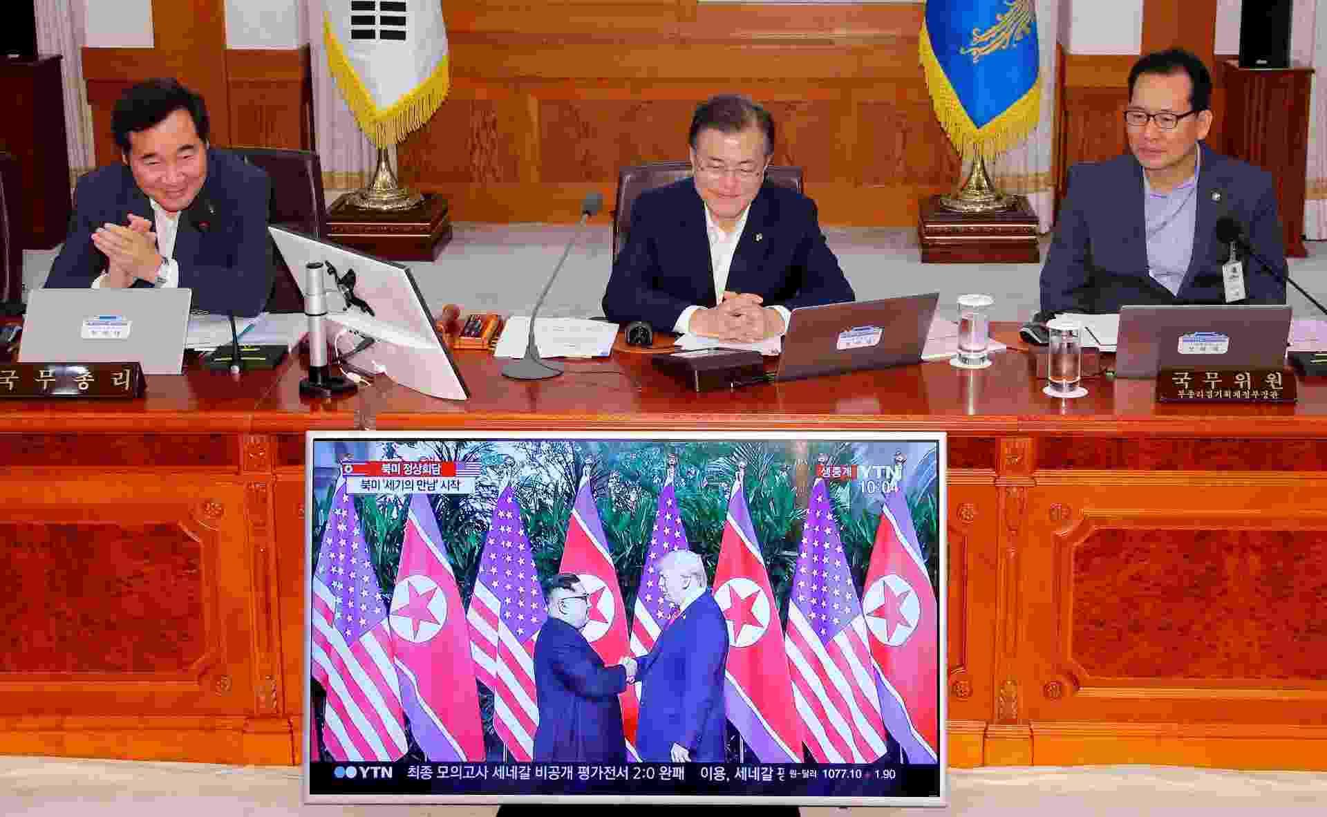 12.jun.2018 - O presidente sul-coreano Moon Jae-in assiste pela televisão a encontro entre o norte-coreano Kim Jong-Un e o norte-americano Donald Trump, em Singapura - Yonhap via Reuters