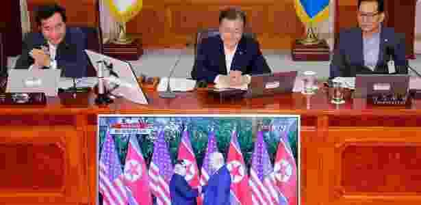 12.jun.2018 - Moon Jae-in assiste pela televisão a encontro entre Kim e Trump - Yonhap via Reuters
