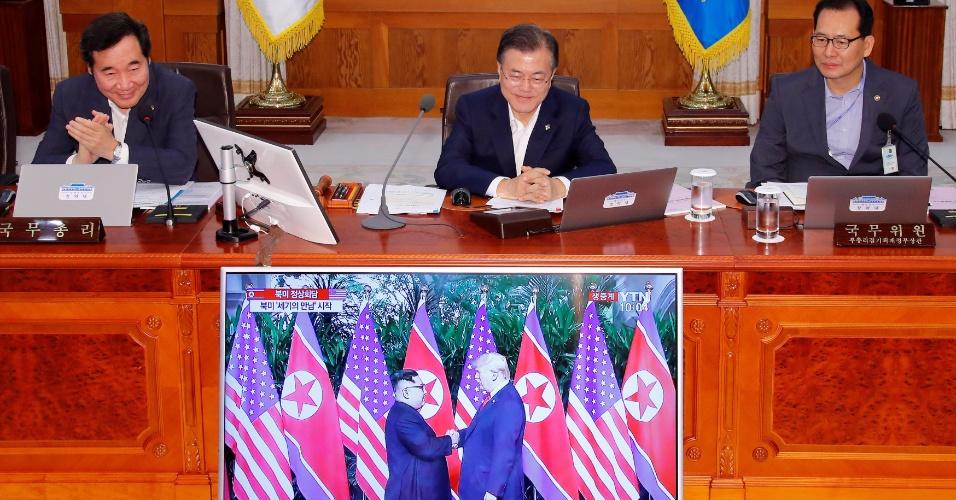 12.jun.2018 - O presidente sul-coreano Moon Jae-in assiste pela televisão a encontro entre o norte-coreano Kim Jong-Un e o norte-americano Donald Trump, em Singapura