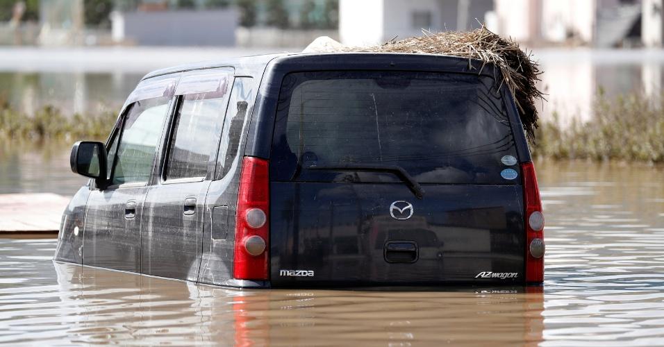 8.jul.2018 - Van envolta em água na cidade de Kurashiki. Ao menos 57 pessoas morreram e outras 22 estão desaparecidas devido às inundações que deixam ao menos 20 províncias japonesas em alerta