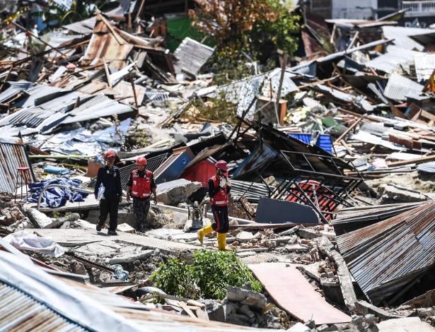 Resgatistas fazem último esforço nesta 6ª para encontrar vítimas sob escombros em Palu - Mohd Rasfan/AFP Photo