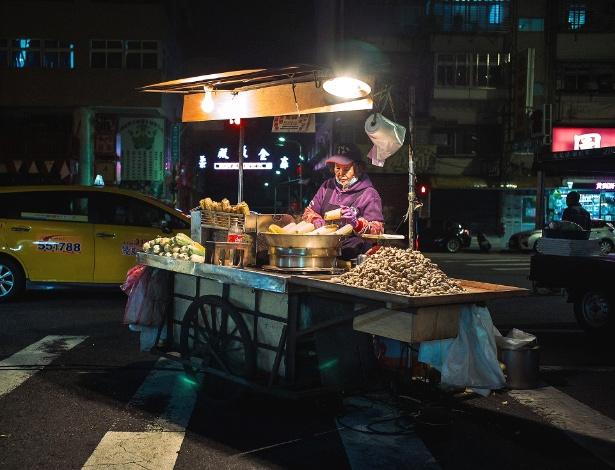 """Comerciante vende milho assado cheio de """"Q"""" em um mercado noturno em Taipei"""