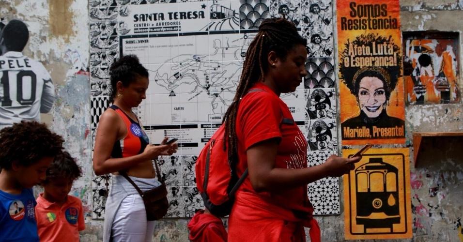 28.out.2018 - Eleitores do candidato à presidência Fernando Haddad (PT) votam no bairro Santa Teresa, no Rio de Janeiro (RJ)