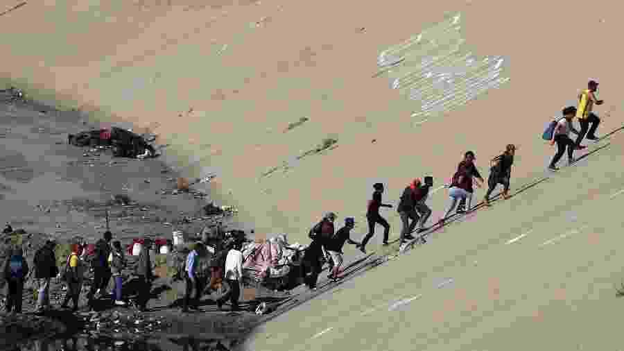 26.nov.18 - Imigrantes tentam chegar à fronteira entre México e EUA - Hannah McKay/Reuters