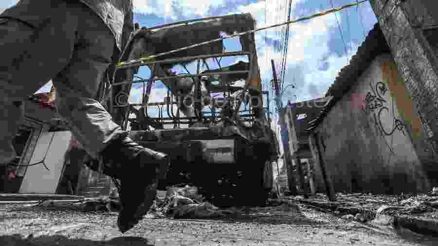 3.jan.2019 - ônibus incendiado no Ceará após série de ataques desde a noite de quarta-feira (2) - NATINHO RODRIGUES
