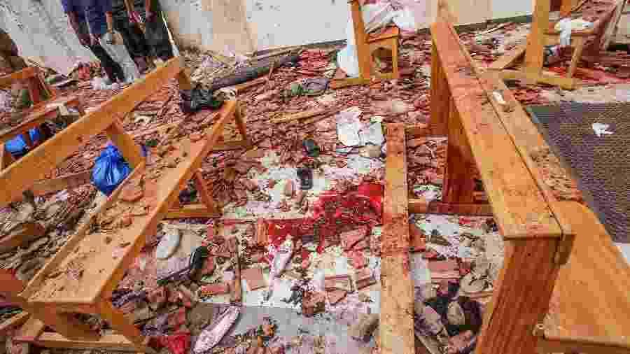 Destruição, sapatos largados e manchas de sangue no chão de igreja atacada em Negombo, no Sri Lanka - Reuters