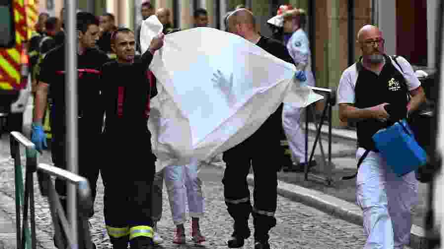 24.maio.2019 - Bombeiros resgatam vítima da explosão de um pacote bomba em Lyon, na França - AFP