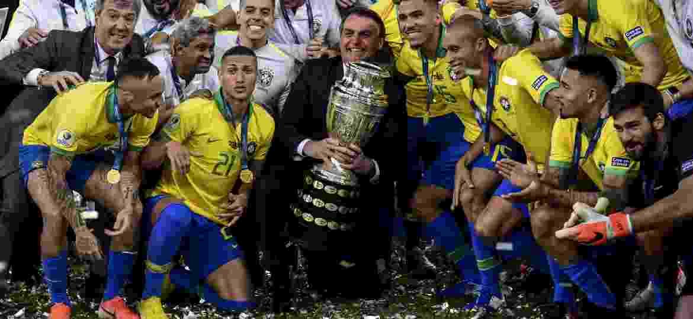 Presidente Jair Bolsonaro e a seleção brasileira durante premiação de campeão da Copa América, Maracanã, Rio de Janeiro - 07.jul.2019 - Ricardo Botelho/Brazil Photo Press/Folhapress