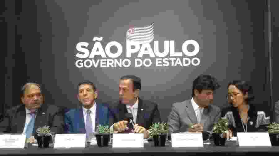 O governador João Doria, ao centro, participa de coletiva de imprensa ao lado do ministro da Saúde, Luiz Henrique Mandetta - Alex Tajra/UOL