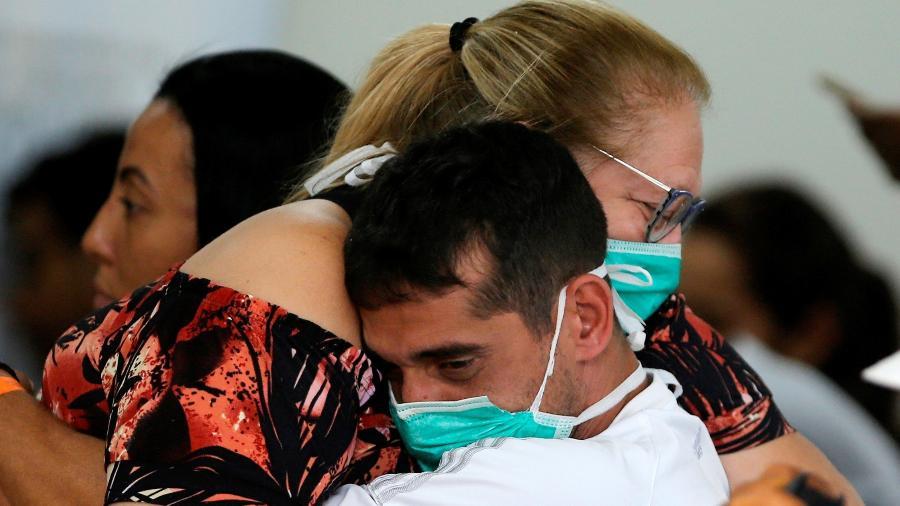 Abraço entre pessoas com máscaras de proteção ao coronavírus no Hospital Regional da Asa Norte (HRAN), em Brasília - Adriano Machado/Reuters