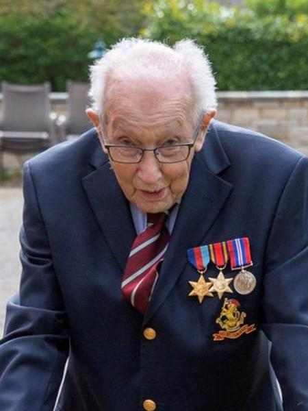 Tom Moore, militar britânico de 99 anos, arrecada dinheiro para sistema de saúde do país com campanha na internet e caminhadas - JustGiving.com