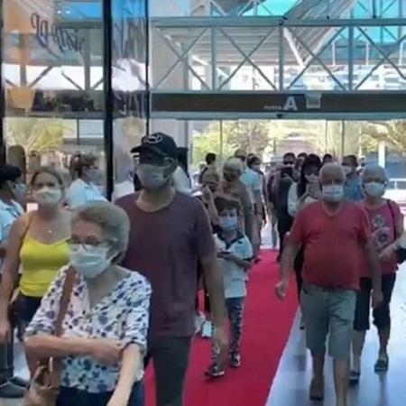 Pessoas usam máscara na abertura do shopping Neumarkt, em Blumenau - Reprodução/Twitter