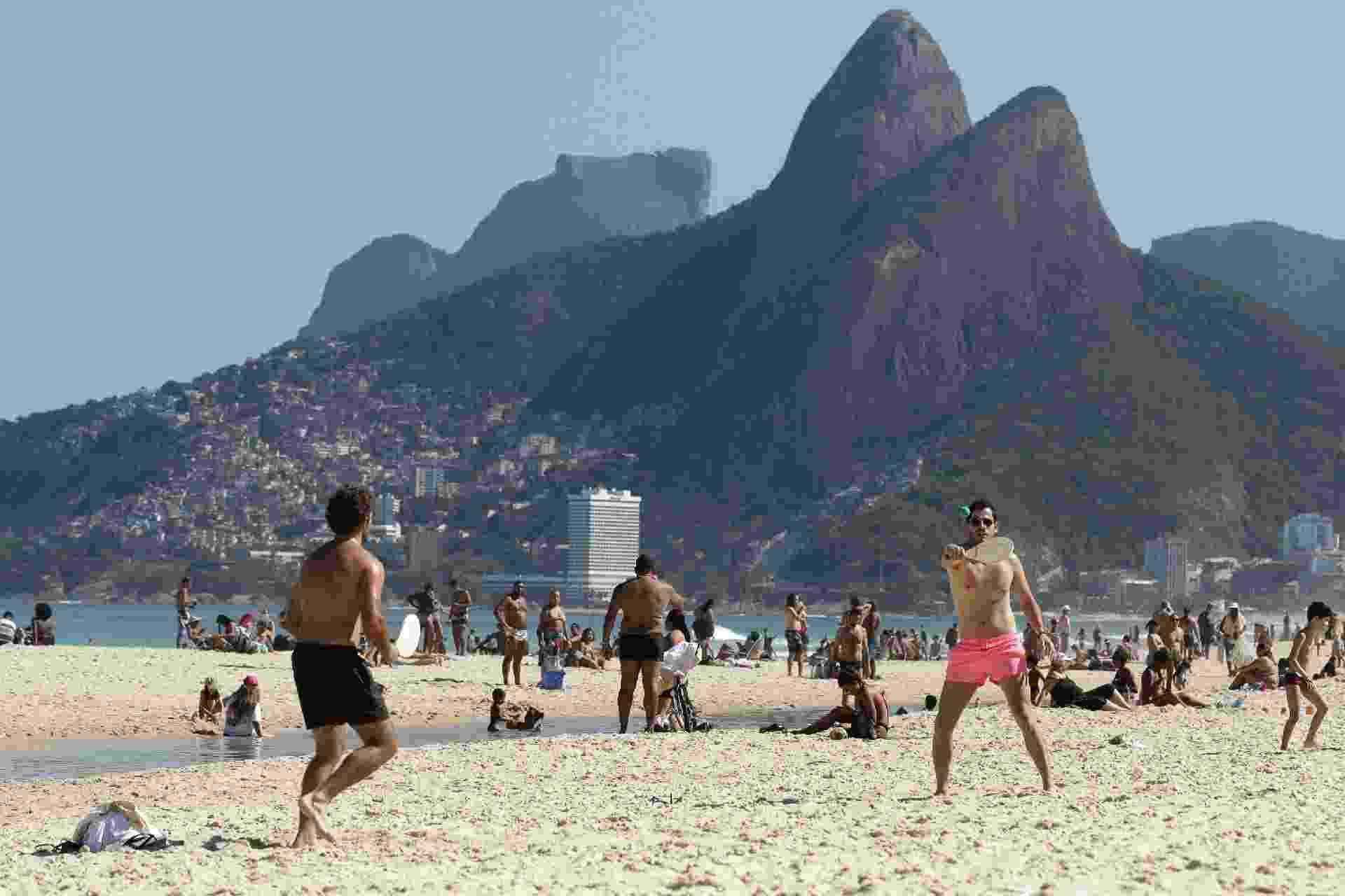 25.jul.2020 - Movimentação de banhistas na areia da praia de Ipanema, na cidade do Rio de Janeiro - DIKRAN JUNIOR/ESTADÃO CONTEÚDO