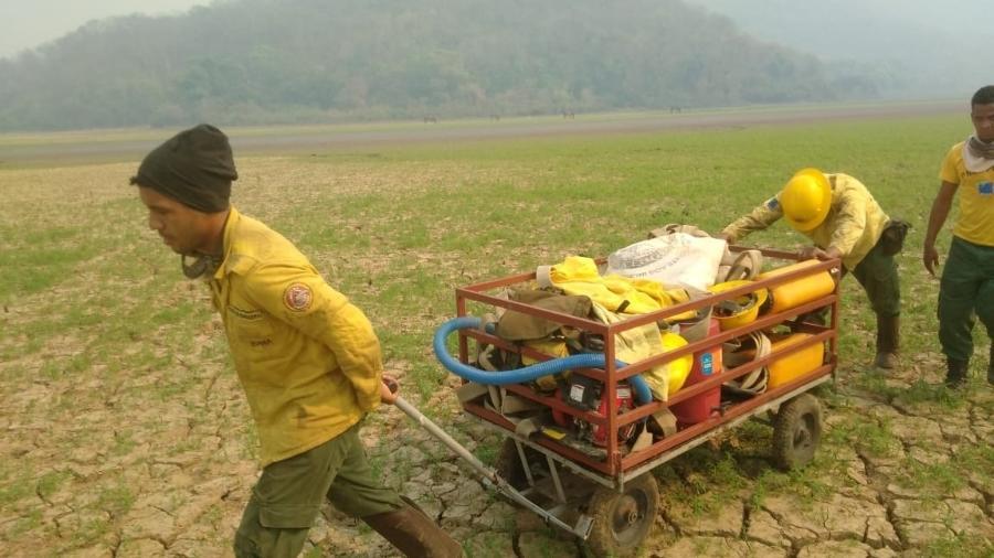 Brigadistas do Prevfogo empurram carrinho com equipamentos para combater incêndio na Serra do Amolar, no Pantanal do MS, em setembro de 2020 - Ecoa (Ecologia e Ação)/ Reinaldo Nogales