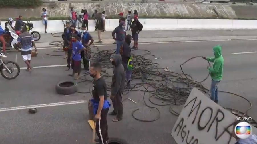 Manifestantes bloqueiam faixas da Marginal Tietê, em São Paulo - Reprodução/TV Globo