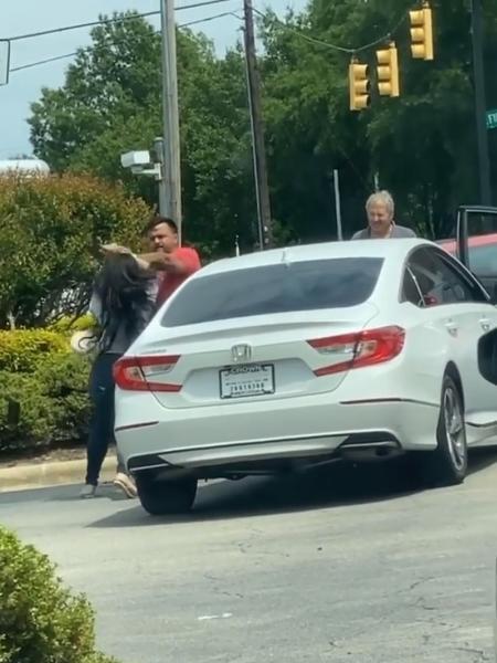 Briga em posto de gasolina na Carolina do Norte teve cenas lamentáveis - Reprodução/Instagram /shaaddeez