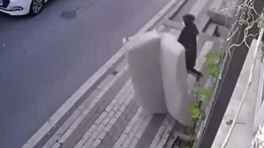 Mulher por pouco não foi atingida por sofá na Turquia - Reprodução