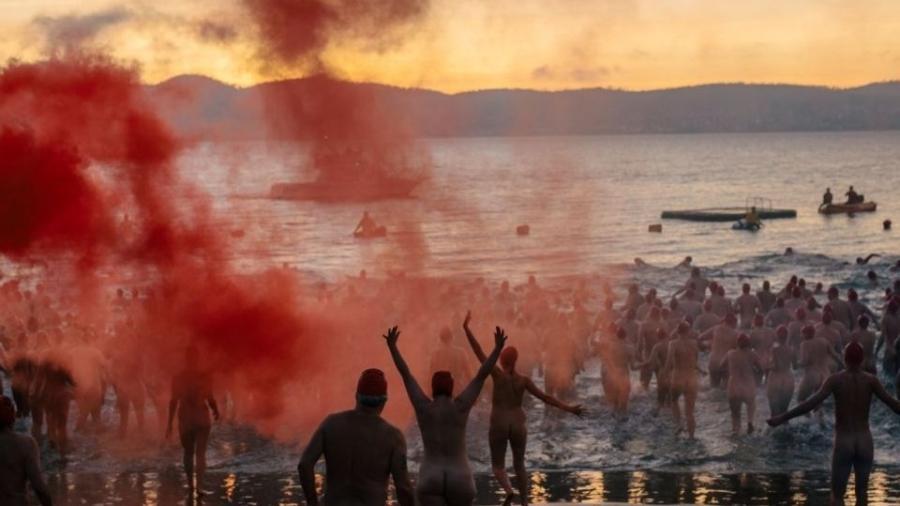 A multidão não se importou com o frio de 3º C e mergulhou nas águas do Rio Derwent - Reprodução Redes Sociais / Dak Mofo