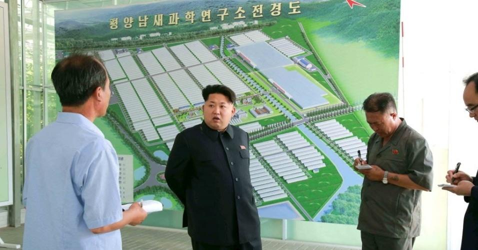 O ditador norte-coreano Kim Jong-Un dá orientações sobre área de atuação do Instituto de Ciências Vegetais Pyongyang a funcionários, em foto sem data liberada pela Agência de Notícias da Coréia do Norte (KCNA) na terça-feira (7)