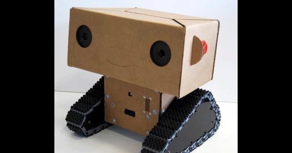 Boxie: você provavelmente não conhece o Boxie, robô de papelão feito pelo MIT (Instituto de Tecnologia de Massachusetts), mas com certeza já ouviu falar do Baymax, o robô inflável da animação infantil Big Hero. Segundo os criadores do filme, boa parte do comportamento do Baymax foi inspirado em Boxie. O robô do MIT é uma espécie de repórter móvel e foi projetado para testar a interação entre homens e robôs (assim como o robô mochileiro). Ele consegue desenvolver um diálogo estruturado com pessoas, gravar as conversas e reportar como foi tratado