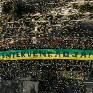 Manifestantes erguem faixa pedido intervenção militar durante protesto na avenida Paulista, em São Paulo - Adriano Vizoni/Folhapress