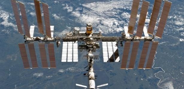 A ISS é quase do tamanho de um campo de futebol americano: 109 metros de comprimento por 51 metros. Do lado de dentro, o volume aproximado é o de um Boeing 747