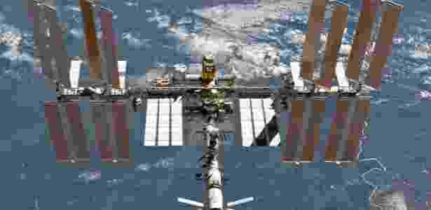 A ISS é quase do tamanho de um campo de futebol americano: 109 metros de comprimento por 51 metros. Do lado de dentro, o volume aproximado é o de um Boeing 747 - Divulgação