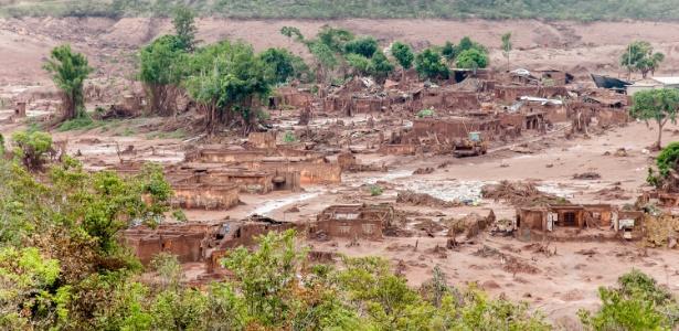 7.nov.2015 - Imagem aérea mostra a região de Bento Rodrigues, subdistrito da cidade de Mariana (MG), tomada por água, lama e detritos de mineração, que vazaram das barragens da empresa Samarco