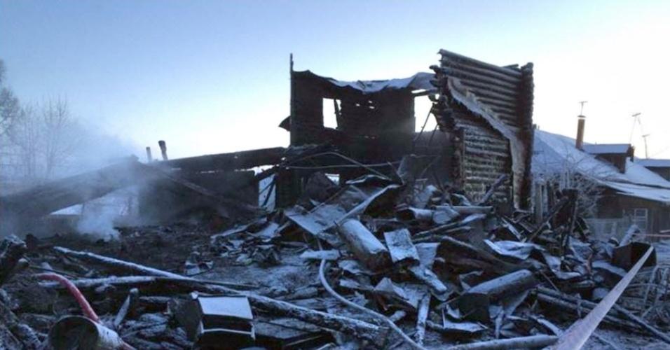 3.jan.2016 - Um incêndio em um edifício residencial na cidade de Pesochnoye, na Rússia, matou quatro crianças e um adulto, segundo autoridades locais. O incidente, que aconteceu na noite de sábado (2) e cujas causas ainda são desconhecidas, destruiu completamente o edifício onde viviam cerca de 26 pessoas