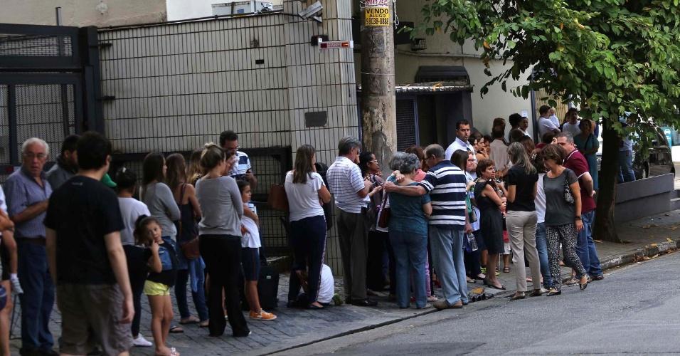 4.abril.2016 - Procura por vacina contra a gripe influenza (H1N1) cresce em São Paulo (SP) e pessoas enfrentam longas filas em clínicas particulares. Por volta das 5h de hoje, uma fila (foto) começou a ser formada em frente a clínica Vacinar, na Zona Sul. Até agora, já foram mais de 300 casos confirmados e 42 mortes em todo o Estado. A gripe A (como também é conhecida) é uma doença respiratória aguda e é diferente de uma gripe comum, por ser causada por um subtipo distinto do vírus influenza. A doença é transmitida de pessoa a pessoa pelo contato com secreções respiratórias e causa febre alta, dificuldades respiratórias, coriza, dor de garanta, mal-estar e fortes dores no corpo e na cabeça