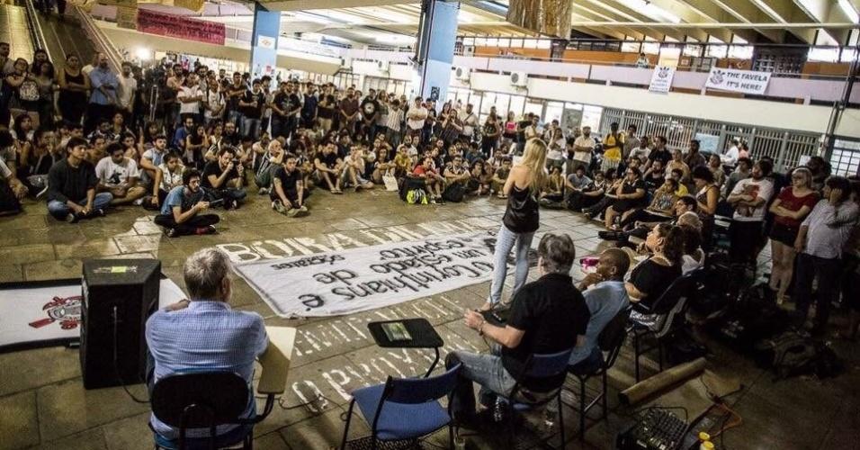 5.abr.2016 - Estudantes da USP (Universidade de São Paulo) e membros da Gaviões da Fiel participam de evento intitulado