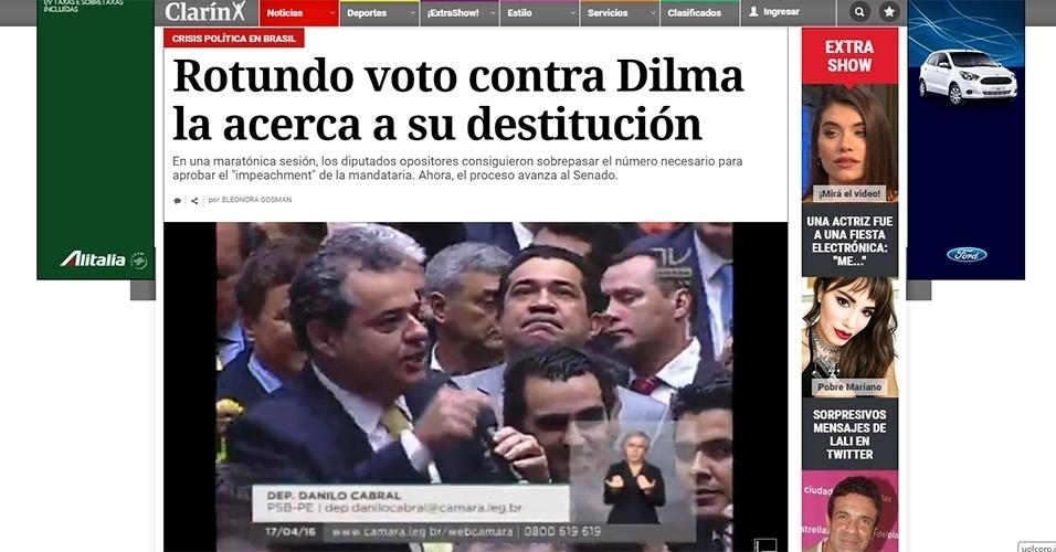 """17.abr.2016 - Jornal """"Clarín"""", da Argentina, exibiu a votação ao vivo, em português, e destacou a decisão dos deputados de aprovar o impeachment da presidente Dilma"""