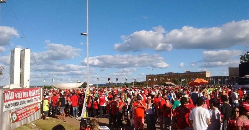 17.abr.2016 - Segundo a PM do Distrito Federal, 25 mil manifestantes estão concentrados na Praça dos Três Poderes, em Brasília. Desses, 7 mil são do grupo contrário ao impeachment de Dilma Rousseff