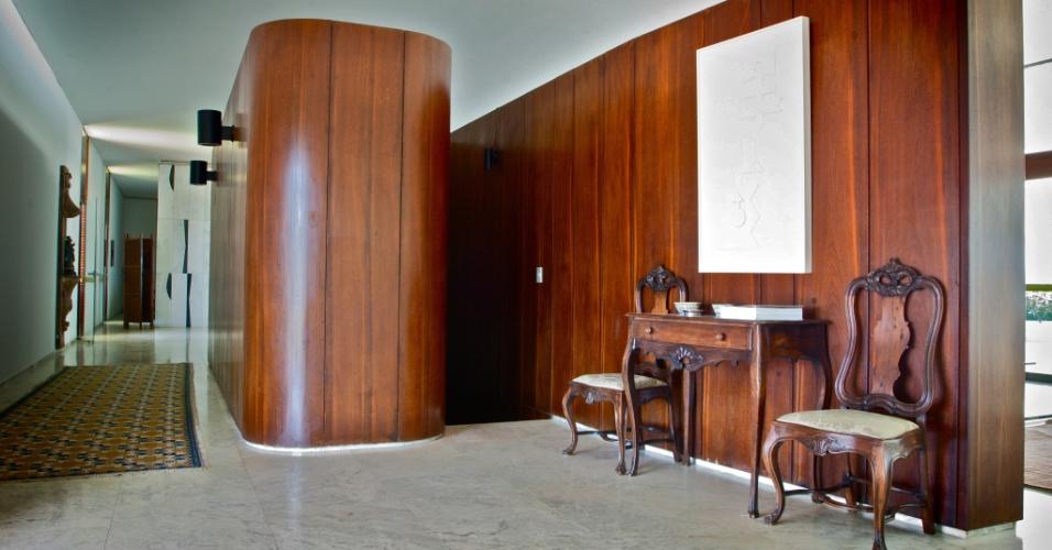O Palácio do Jaburu tem escada interna e lavabo com paredes divisórias revestidas em painéis de madeira maciça em seus 4.283 metros quadrados