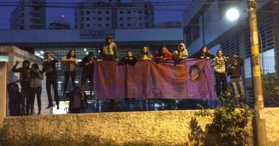04.mai.2016 - Estudantes da Etec Mandaqui, localizada em Santana, decidiram ocupar o local por volta das 6h20. Eles protestam contra a falta de merenda nas Etecs (Escolas Técnicas Estaduais de São Paulo) e desvios de verbas na educação