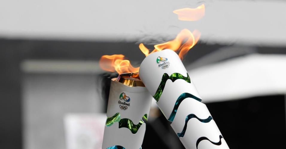 14.mai.2016 - O revezamento da tocha olímpica passa pela orla da Lagoa da Pampulha, em Belo Horizonte (MG), com a presença de ex-atletas e da cantora Paula Fernandes
