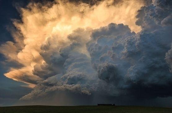 """24.mai.2016 - """"O fato de eu ser um meteorologista e ter boas habilidades para prever a chegada de uma tempestade me dá a oportunidade de aparecer no local certo e na hora certa quando a tempestade ocorre. Geralmente, eu tenho uma equipe de amigos 'caçadores de tempestade', então nós curtimos bastante o espetáculo juntos por semanas"""", concluiu"""