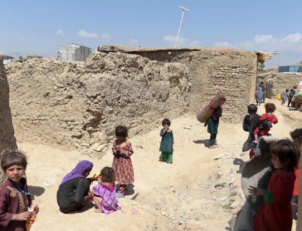 30.mai.2016 - Crianças em campo de refugiados internos em Cabul