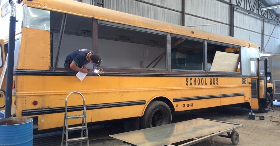 Busger, food truck de São Paulo que usa ônibus escolar americano e ônibus inglês de dois andares para atrair clientes