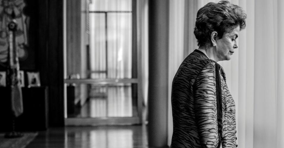 7.jun.2016 - A presidente afastada, Dilma Rousseff, no Palácio da Alvorada, em Brasília, durante entrevista para o jornal