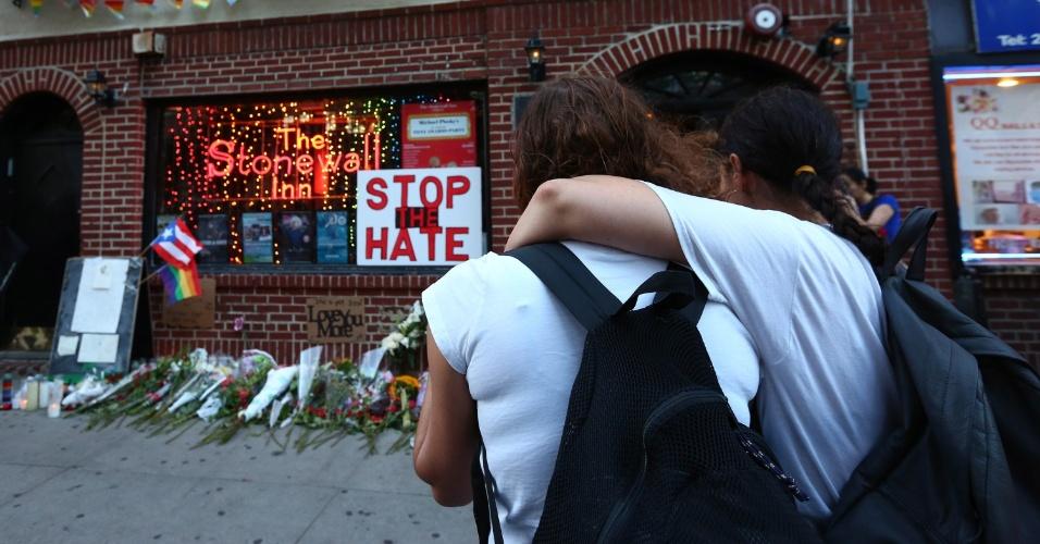 12.jun.2016 - Mulheres se abraçam em frente ao Stonewall Inn, onde uma vigília é realizada após o massacre ocorrido na boate gay Pulse, em Orlando, Flórida (EUA)