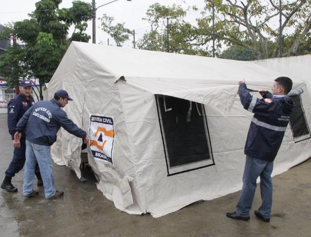 Com frio intenso, algumas cidades de Santa Catarina, como Itajaí, decidiram montar barracas para abrigar moradores de rua durante a noite