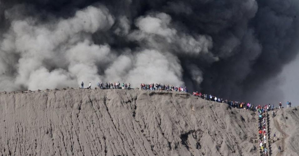 12.jul.2016 - Visitantes observam atividade vulcânica do Vulcão Bromo próximos a sua cratera em Probolinggo, na Indonésia