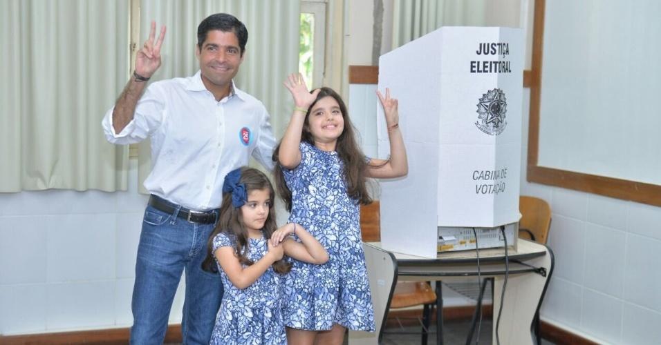 2.out.2016 - Prefeito de Salvador e candidato à reeleição, ACM Neto votou na manhã deste domingo (2) na Faculdade de Administração da UFBA, no bairro do Canela. Ele estava acompanhado das filhas e da noiva, Tatá Canhedo