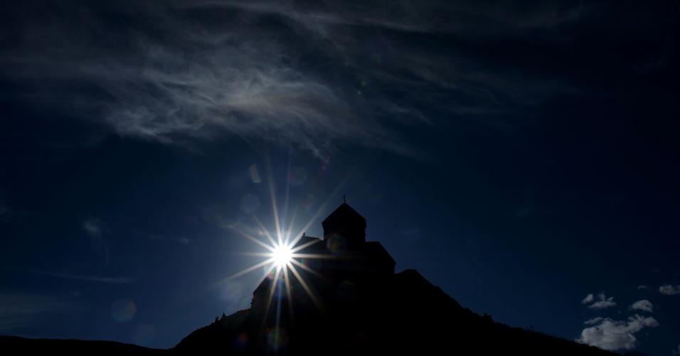 4.out.2016 - Igreja Gergeti do século 14 vista durante o nascer do sol na aldeia de Stepantsminda perto da fronteira russo-georgiana, próxima da capital Tbilisi (Georgia)