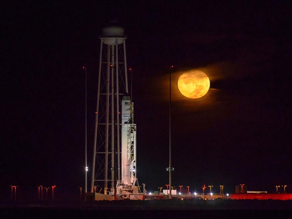 15.out.2016 - Imagem divulgada pela Nasa (Agência espacial Norte-Americana), mostra o foguete Orbital ATK Antares, com a nave espacial Cygnus a bordo, na Virgínia, nos Estados Unidos. O foguete será lançado na noite deste domingo (16) para uma missão de reabastecimento da ISS (Estação Espacial Internacional)